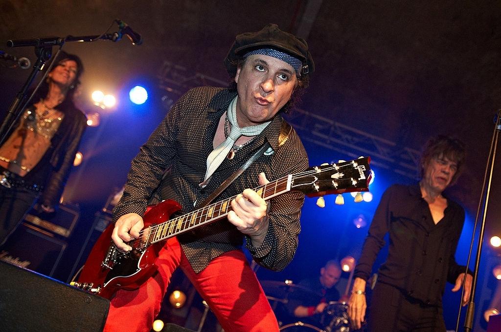 Morre Sylvain Sylvain, guitarrista do New York Dolls, aos 69 anos