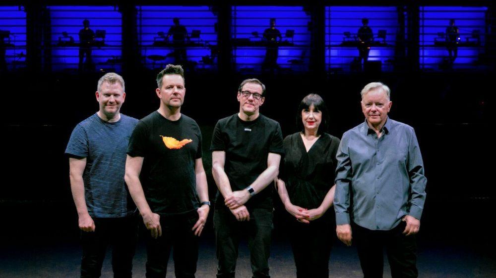 """New Order prepara mais um álbum ao vivo e vídeo """"Education Entertainment Recreation"""""""