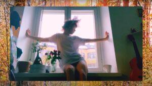 "Iris Kukka: artista finlandesa flerta com o minimal synth em novo single e vídeo ""Sä oot aurinko"""