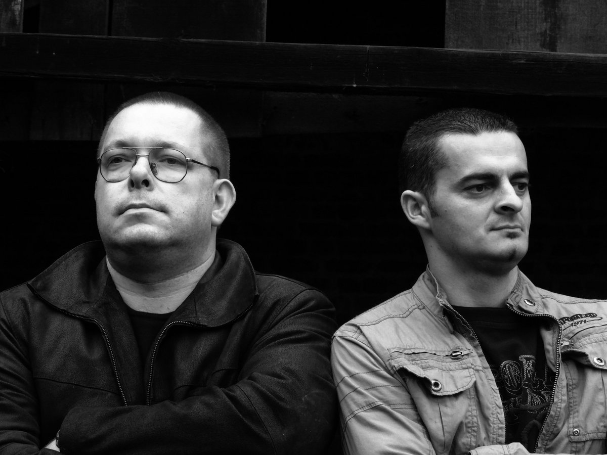 "Psychosomatik: duo industrial/eletrônico francês lança a coletânea de remixes e inéditas ""RE/IN/TROSPECTIVE"""