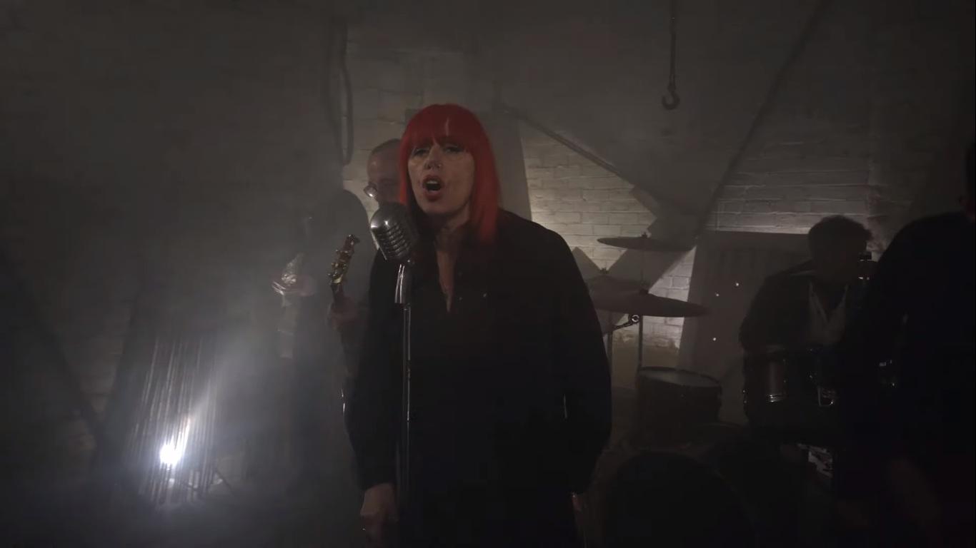 """Ghost Dance: Anne-Marie Hurst reativa banda com nova formação, e novo single e vídeo """"Falling Down"""""""